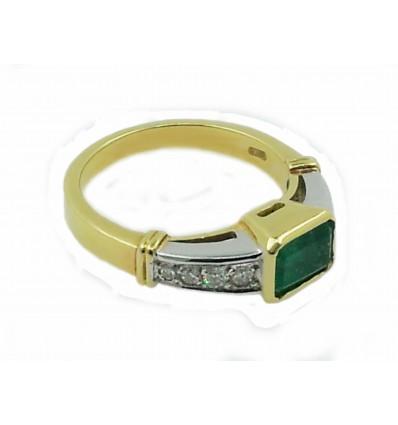 Sortija de oro con esmeralda y diamantes